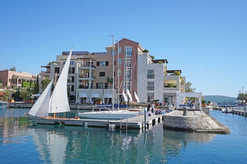 Barcos y yates en una bahía del mar adriático imagen de archivo libre de regalías