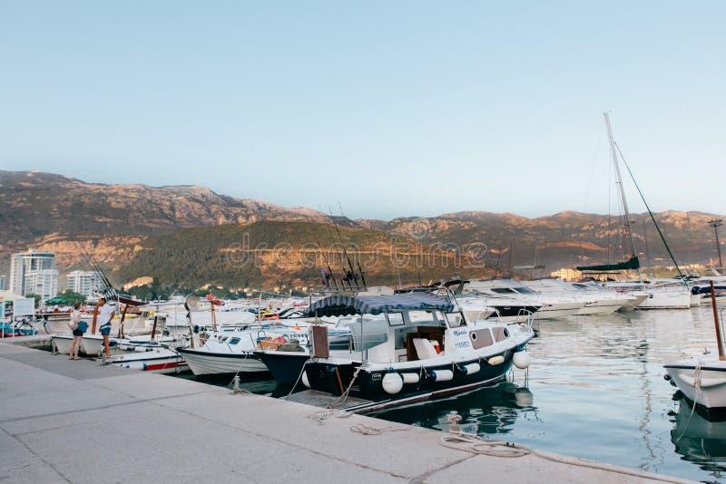 Barcos y yates que parquean cerca del centro turístico Sveti Stefan en Montenegro fotos de archivo libres de regalías