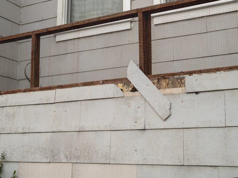Bardeau sur le mur extérieur de la maison tombant dans l'état de délabrement photo libre de droits