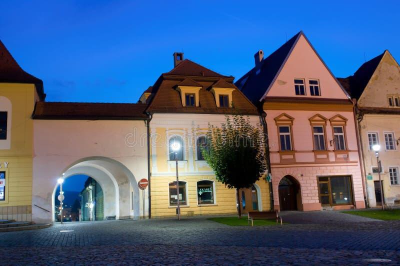 Bardejov - casas de ciudad de la UNESCO en noche fotos de archivo