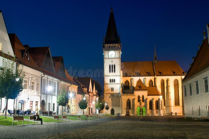 Bardejov - ciudad de la UNESCO - panorama en noche foto de archivo