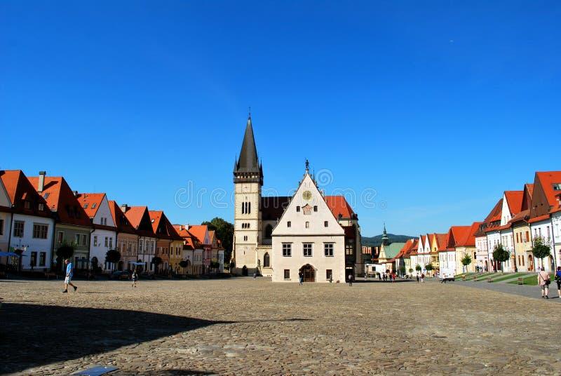 Bardejov, Eslováquia: O centro histórico de Bardejov com a câmara municipal velha e a basílica de St Giles imagem de stock royalty free