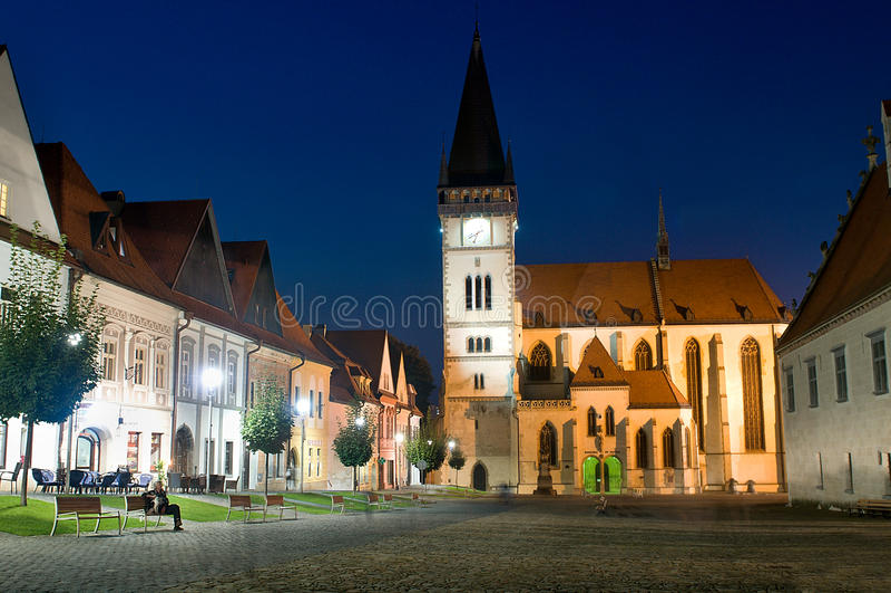 Bardejov - ville de l'UNESCO - panorama dans la nuit photo stock