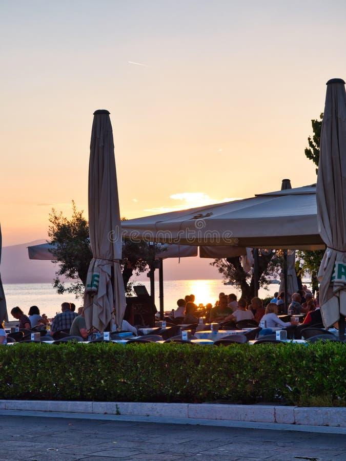 Bardolino goście cieszy się pięknego zmierzch nad Jeziornym Gardą od cafés przegapia jezioro zdjęcie royalty free