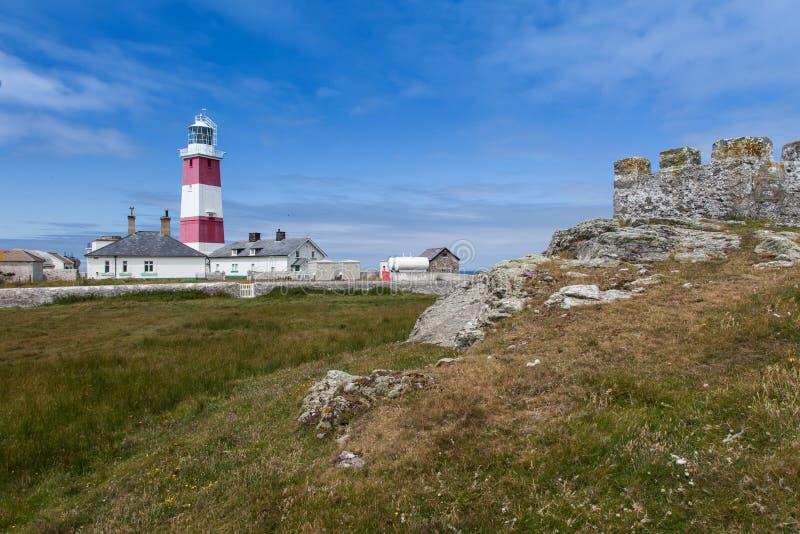 Bardsey海岛灯塔和老堡垒 免版税库存照片