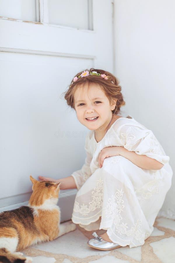 Bardzo śliczny mały princess outdoors w miasto ulicie zdjęcie stock