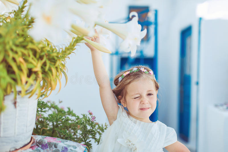 Bardzo śliczny mały princess outdoors w miasto ulicie zdjęcia royalty free