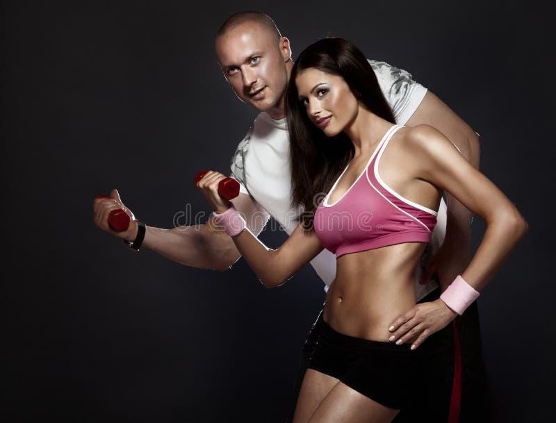 Bardzo atrakcyjna dysponowana para przy gym. fotografia stock
