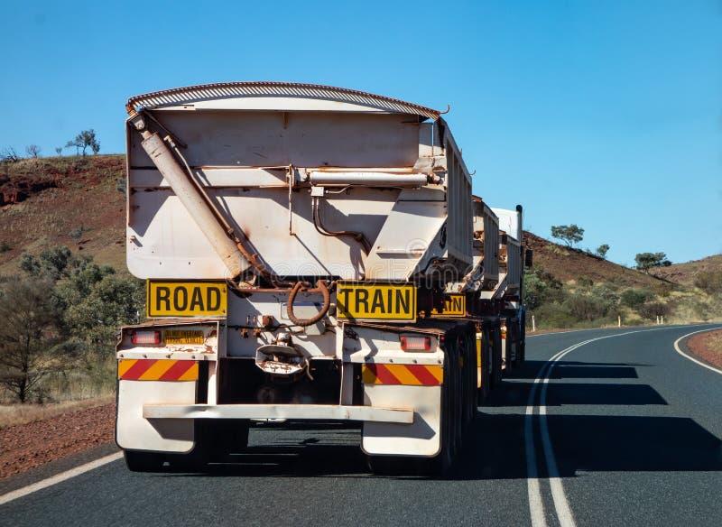 Bardzo długa droga pociągu ciężarówka w zachodniej australii zdjęcia royalty free