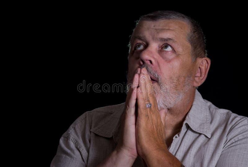 Bardzo emocjonalny portret modlenie starszy mężczyzna zdjęcie royalty free