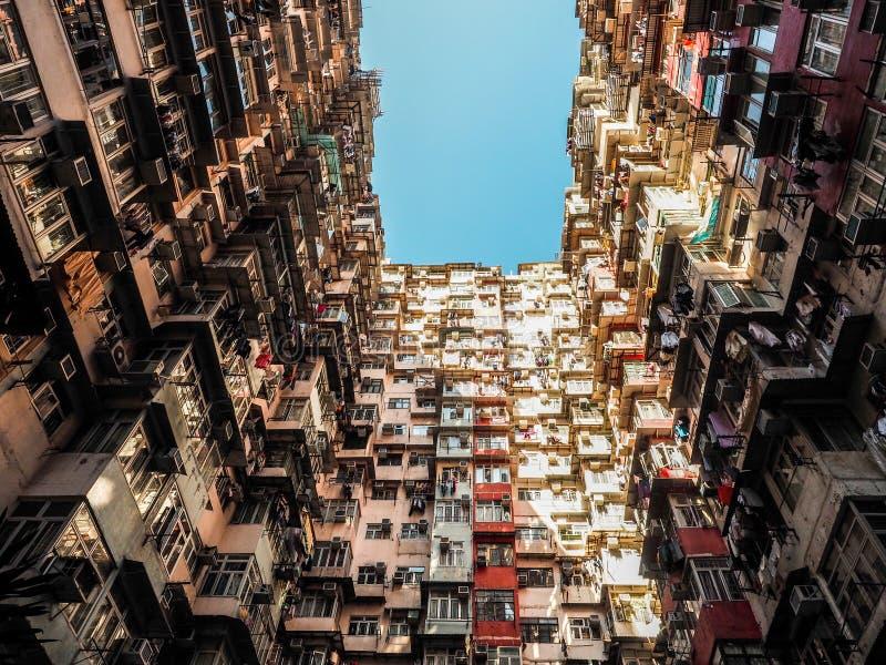Bardzo kolorowa ale Zatłoczona budynek grupa w Tai Koo, Hongkong zdjęcie royalty free
