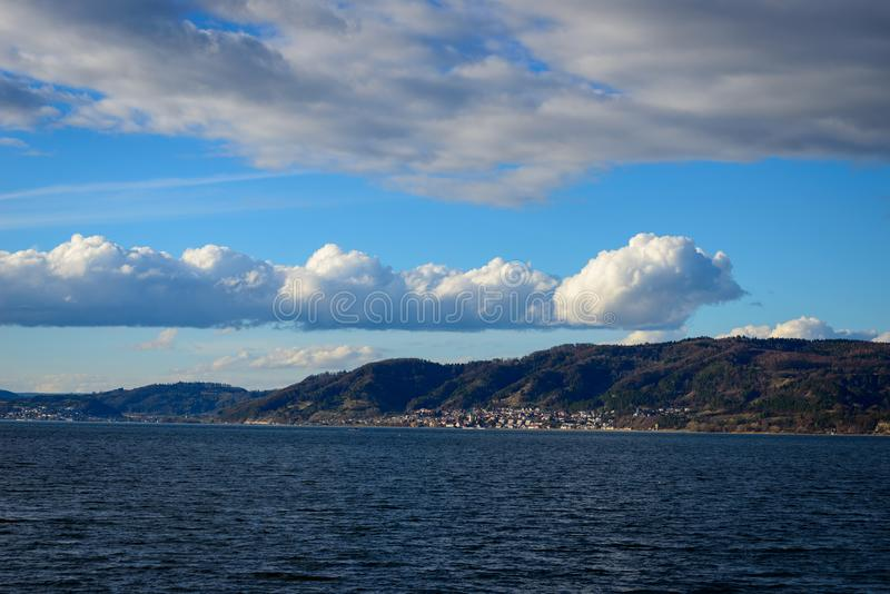 Bardzo ostre cumulus chmury nad brzeg fotografia stock