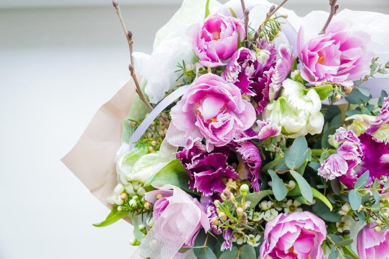 Bardzo piękny kolorowy kwitnie kwiatu bukiet świeże Quicksand róże, goździki, ranunculus, peonia, rozgałęzia się z fotografia royalty free