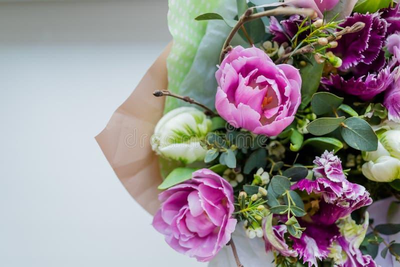 Bardzo piękny kolorowy kwitnie kwiatu bukiet świeże Quicksand róże, goździki, ranunculus, peonia, rozgałęzia się z zdjęcie royalty free