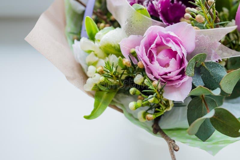 Bardzo piękny kolorowy kwitnie kwiatu bukiet świeże Quicksand róże, goździki, ranunculus, peonia, rozgałęzia się z obrazy stock