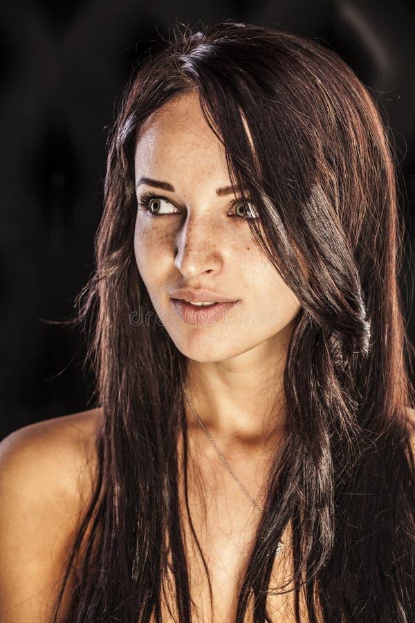 Bardzo piękna dziewczyna z pigmentacją na jej twarzy zdjęcia stock