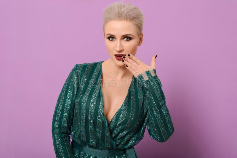 Bardzo Piękna kobieta z skrótu blondynu i zieleń wieczór sukni pozytywnie pozami zdjęcie royalty free