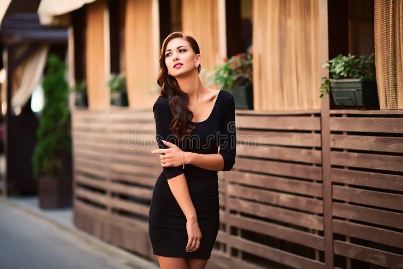 Bardzo piękna młoda brunetki kobieta jest ubranym w ulicie zdjęcie royalty free