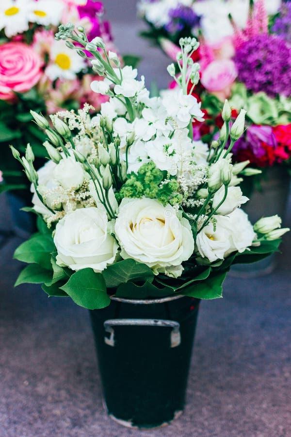 Bardzo piękny delikatny bukiet biali kwiaty fotografia royalty free