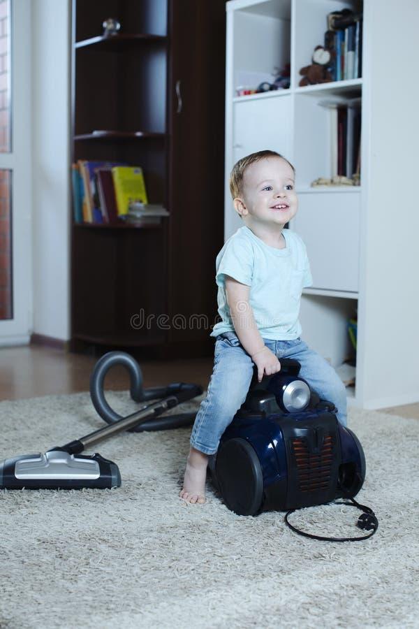 bardzo radosny i szczęśliwy dziecko siedzi na próżni czystej na horseback fotografia royalty free