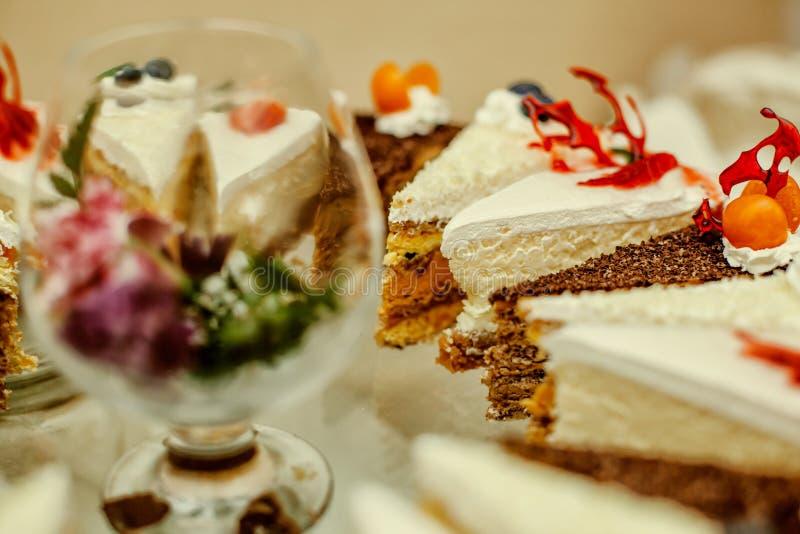 Bardzo smakowici deserowi różni kawałki tort z czekoladowymi dokrętek jagodami i różną śmietanką zdjęcie royalty free