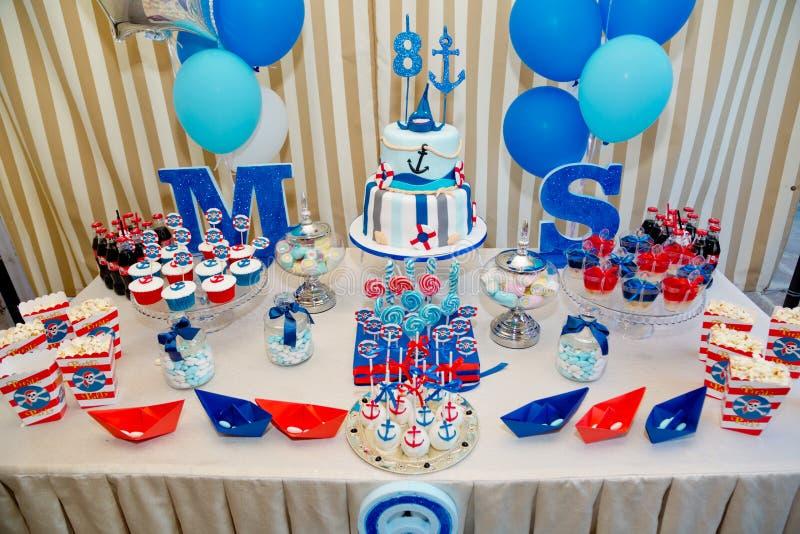 Bardzo smakowity urodzinowego torta osiem lat obraz royalty free