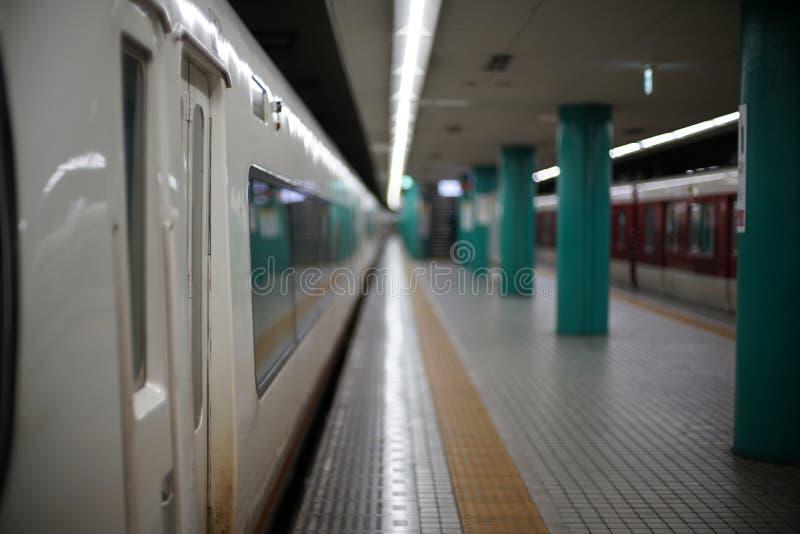 Bardzo spokojna linii kolejowej stacji platforma w Nara prefekturze, Japonia obrazy royalty free