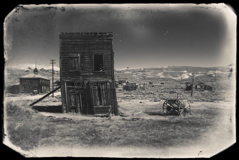 Bardzo stara sepiowa rocznik fotografia z zaniechanym zachodnim budynkiem po środku pustyni fotografia royalty free