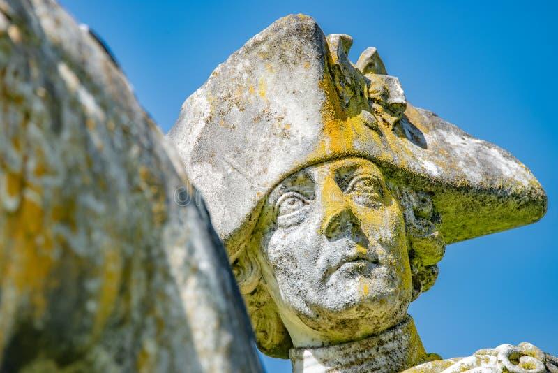 Bardzo stara statua Prusacki królewiątko Frederick Wielki zakrywający z mech i liszajem, Potsdam, Niemcy zdjęcie royalty free