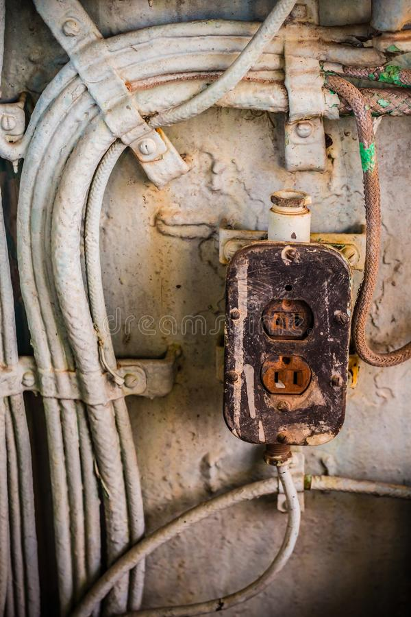Bardzo stara władzy nasadka z metal tubką i elektrycznym drutem w zaniechanym przemysłowym miejscu zdjęcie royalty free