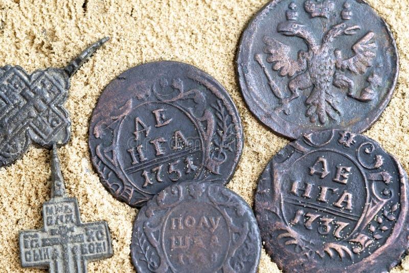 Bardzo stare miedziane monety zakładają w piasku, monety kłama na piasku obrazy royalty free