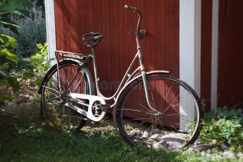 Bardzo stary bicykl w lecie obrazy royalty free