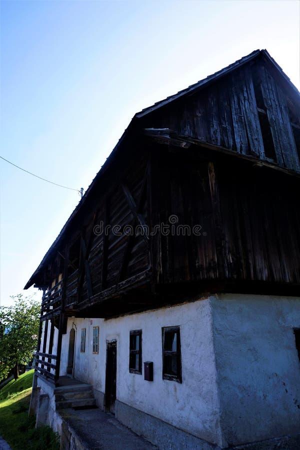 Bardzo stary dom w Zasip blisko Krwawiącym zdjęcie stock