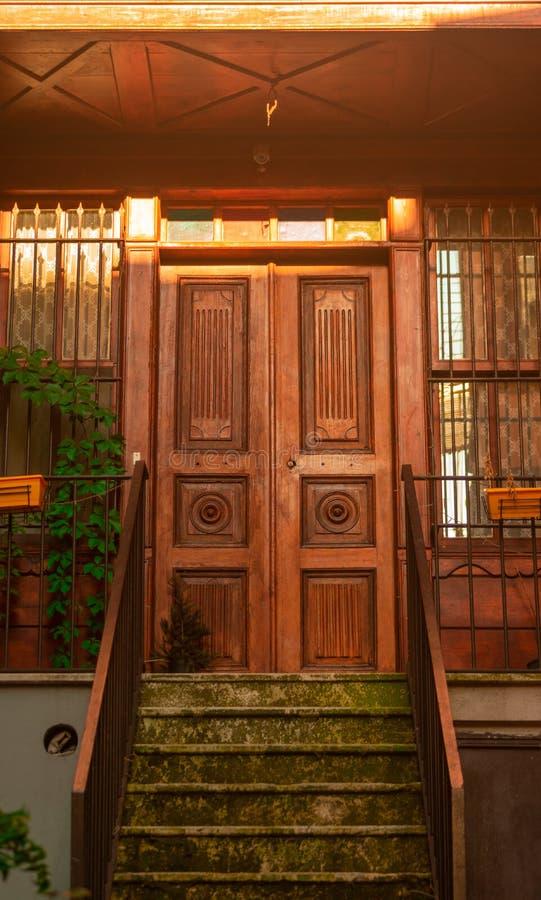 Bardzo stary drzwi rezydencja ziemska obraz royalty free