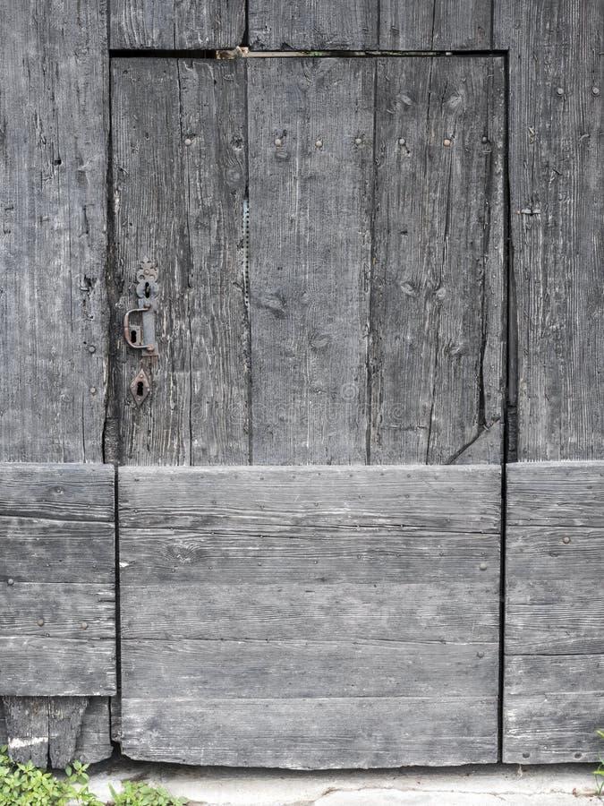 Bardzo stary grungy ciemnego brązu drzwi w francuzie Provence obraz royalty free