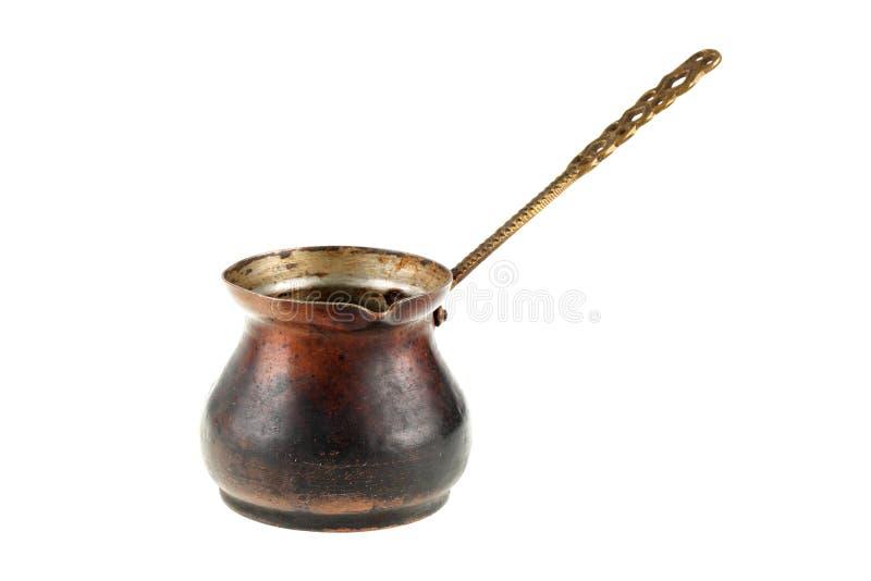 Bardzo stary, ośniedziały miedziany tureckiej kawy garnka dzhezve odizolowywający na białym tle, fotografia royalty free