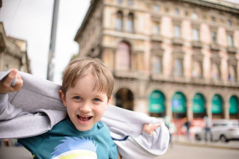 Bardzo szczęśliwa dziecko chłopiec przy starym miasteczkiem zdjęcie royalty free
