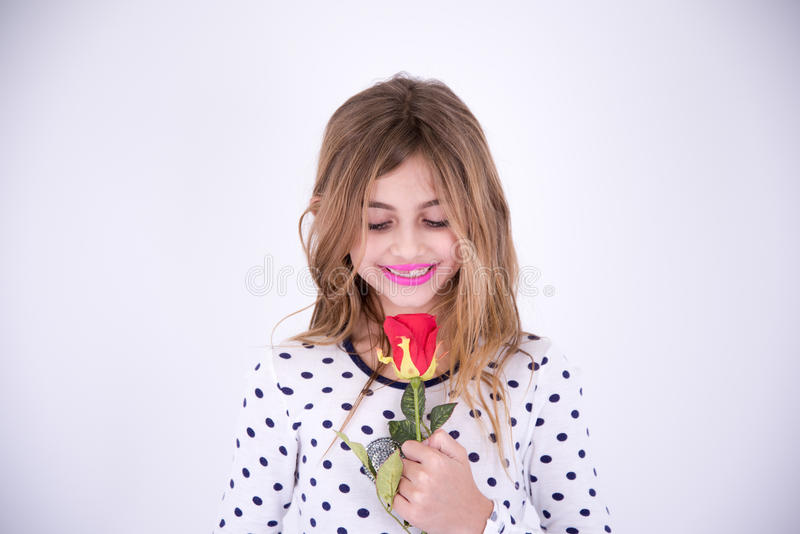 Bardzo szczęśliwa dziewczyna patrzeje czerwonego kwiatu obraz royalty free