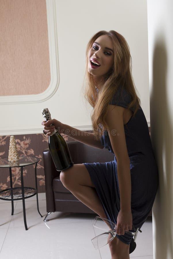 Bardzo szczęśliwa kobieta przy eleganckim przyjęciem zdjęcie royalty free
