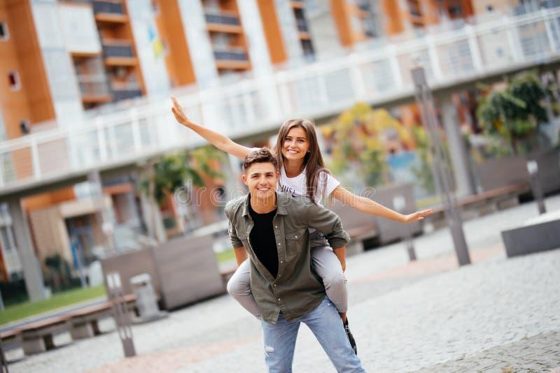 Bardzo szczęśliwa para ma dobrego czas ma parę zabawa kilka uśmiecha się piggyback zdjęcie stock
