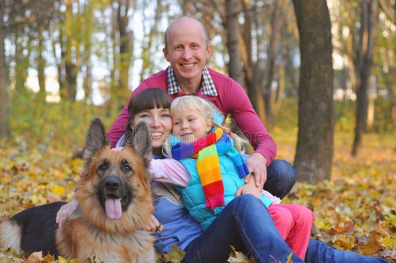 Bardzo Szczęśliwa rodzina i pies zdjęcie royalty free
