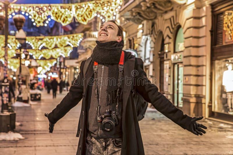 Bardzo szczęśliwy fotograf ono uśmiecha się z jego rękami rozprzestrzenia szerokiego w głównej ulicie Belgrade obrazy royalty free