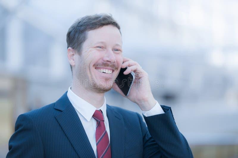 Bardzo szczęśliwy mężczyzna robi rozmowie telefonicza zdjęcia royalty free