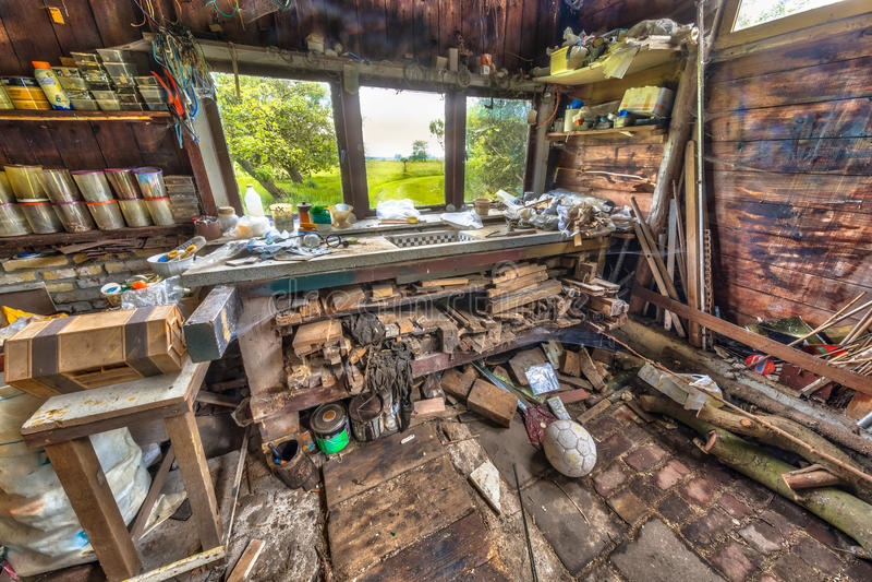 Bardzo upaćkany workbench kompulsywny hoarder zdjęcie royalty free