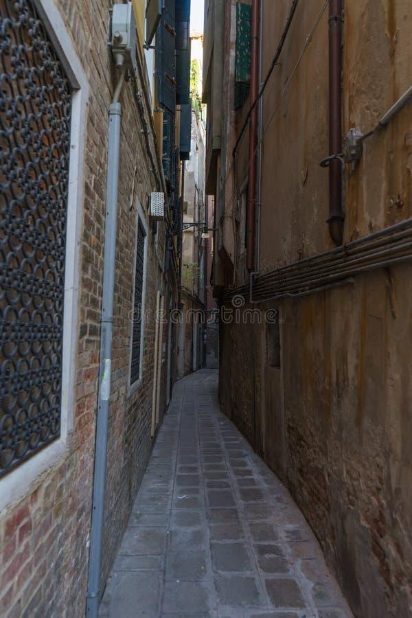 Bardzo wąski stary, rocznik ulica w Wenecja Curvy wąska droga wewnątrz obraz stock