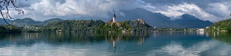 Bardzo wielki panoramiczny widok na ko?ci?? lokalizowa? na wyspie w jeziorze Krwawi?cym Mary kr?lowa, Slovenia obraz royalty free