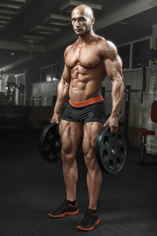 Bardzo zasila sportową facet pozycję w gym i lokking przy kamerą obraz royalty free