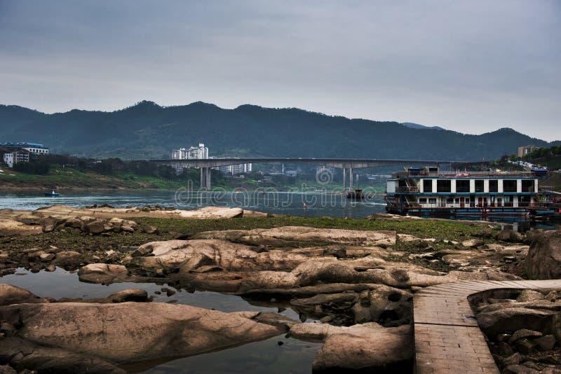 Bare vaggar av den Jialing floden i torr säsong royaltyfri fotografi