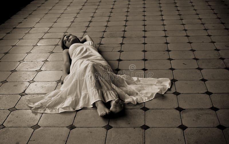Barefeet Frau, die auf den Fußboden legt lizenzfreie stockfotos