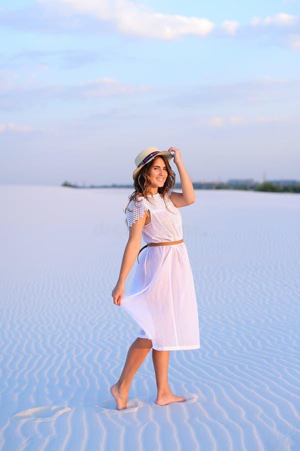Bareffot que camina hermoso joven de la persona femenina en la arena, weaaring foto de archivo